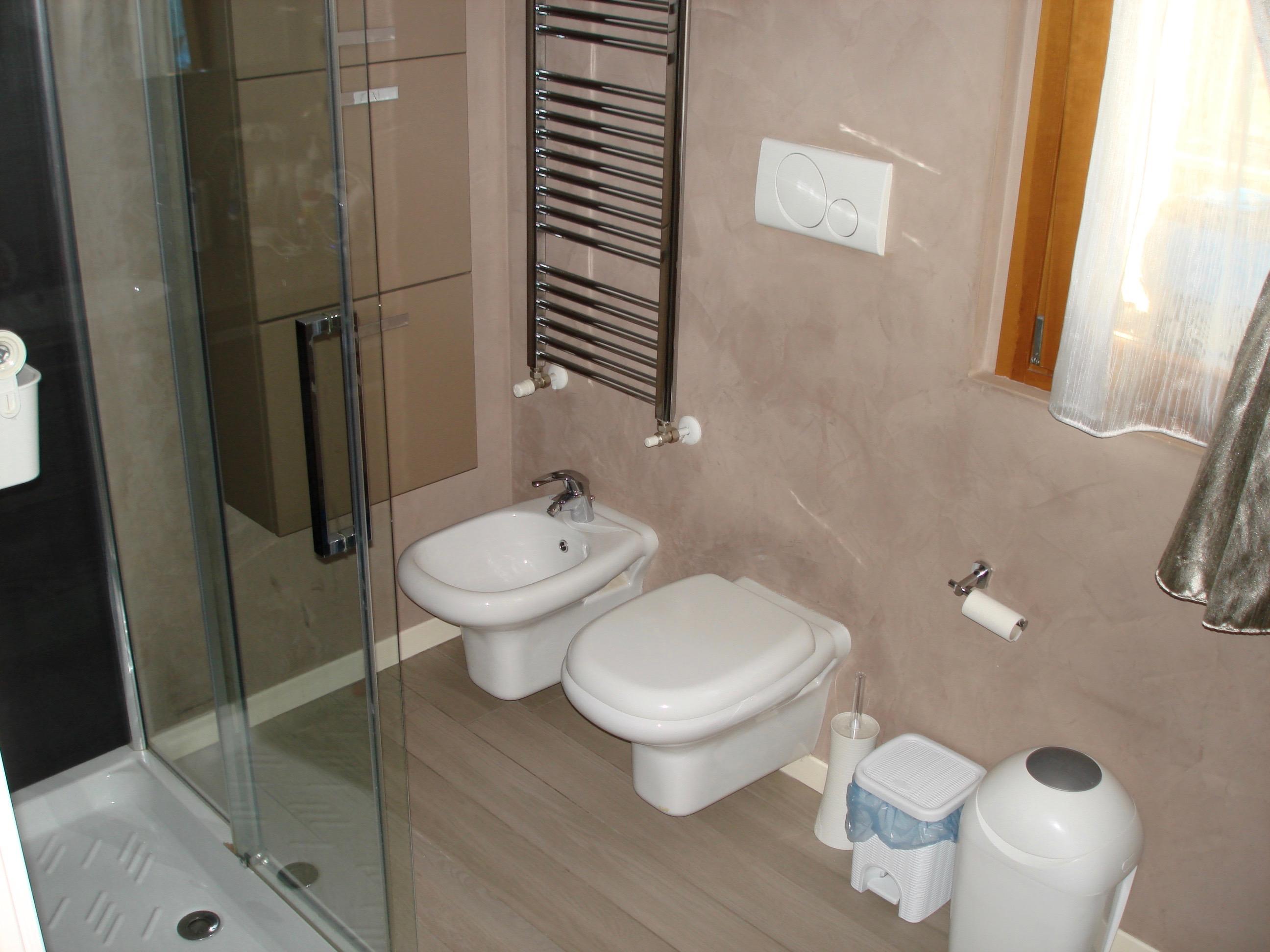 Bagno con sanitari sospesi M006 - A+immobiliare Agenzia immobiliare ...