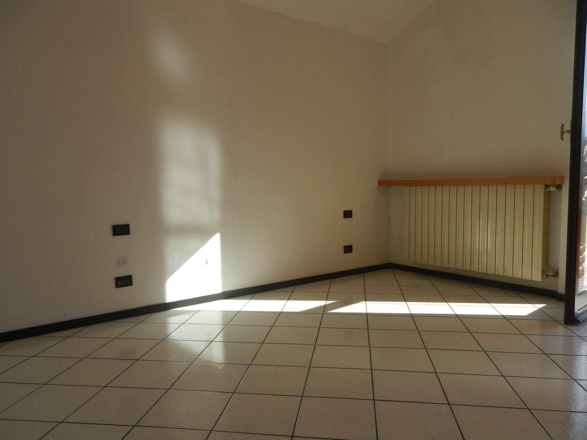 Casa albino trilocale su 2 livelli con box e cantina a for Case in affitto con cantina