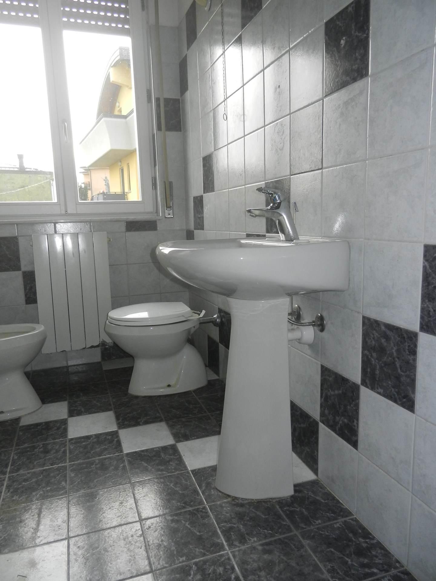 Case affitto alzano lombardo a immobiliare agenzia - Bagno con vasca ...