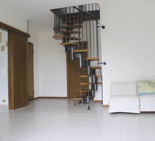 scala a chiocciola con accesso mansarda