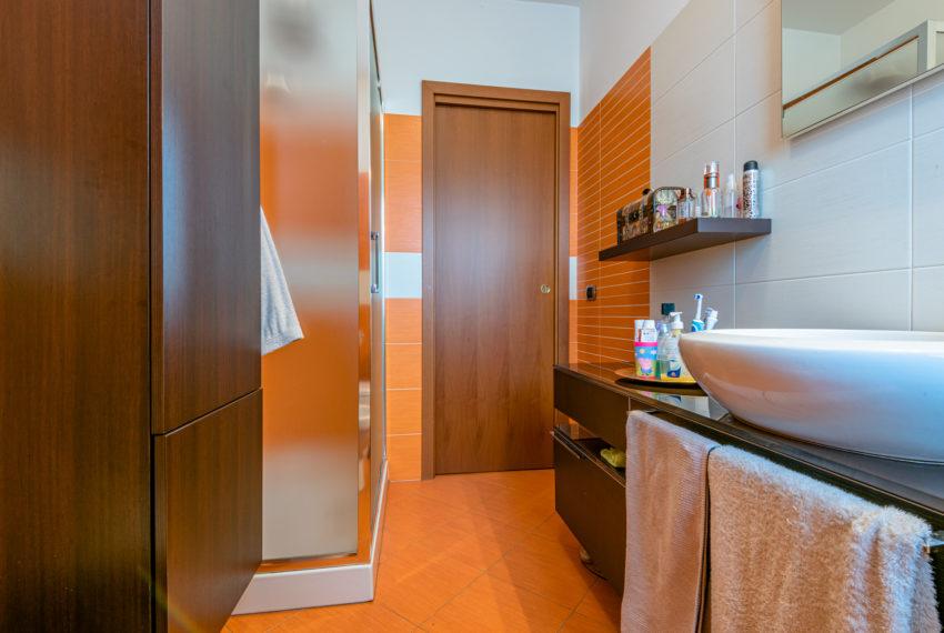 Bagno con doccia e finestra M063