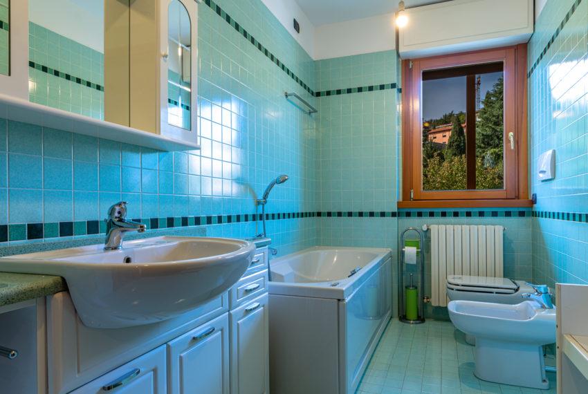 Bagno con vasca e finestra M070+