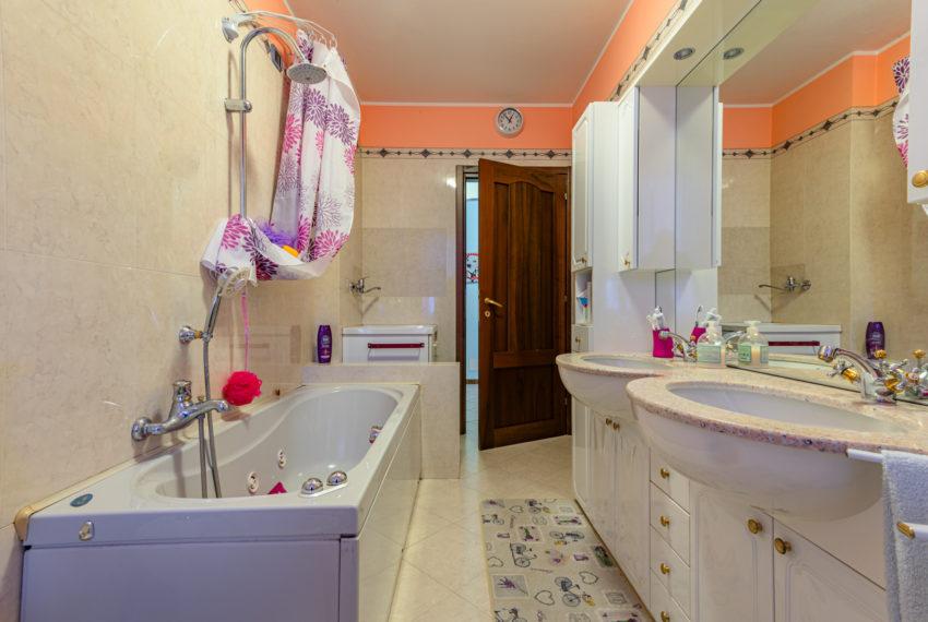 Bagno con finestra vasca e doccia